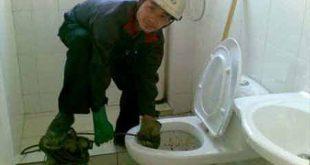 Rơi khăn vào bồn cầu toilet phải làm sao ? cách xử lý ?